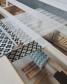 ✜ ✜ ✜ Working on the last table runner.. ✜ ✜ ✜ Almost finished. 😊 #handweaving #weaving #vävning #loom #linen #warp #jute #weft #overshot #rosepath #pattern #ruusukas #tablerunner #blackandwhite #textiles #artisan #weaver #weaversofinstagram #i_loveweaving #vsco #vscocam