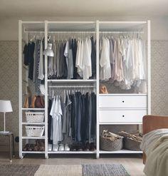 Una solución de almacenaje abierta con rieles para colgar la ropa, estantes y…