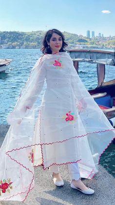 Party Wear Indian Dresses, Pakistani Fashion Party Wear, Dress Indian Style, Indian Fashion Dresses, Indian Designer Outfits, Pakistani Outfits, Punjabi Suits Designer Boutique, Stylish Dresses For Girls, Simple Dresses