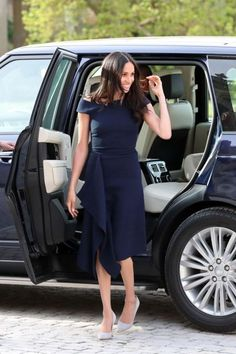 """From sailor-striped blazers to crisp tailored button-downs, Meghan Markle is quickly becoming fashion's preppiest new """"it"""" girl. Here, our favorite style moments from the Duchess of Sussex. Estilo Meghan Markle, Meghan Markle Dress, Meghan Markle Style, Meghan Markle Outfits, Meghan Markle Clothes, Royal Dresses, Navy Blue Dresses, Navy Dress, Prom Dresses"""