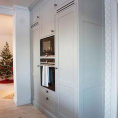 Nu kickar vi igång 2019 och doften av nysågat trä sprider sig i snickeriet ig. Diy Kitchen, Kitchen Dining, Kitchen Cabinets, Beautiful Kitchens, Dining Area, Bellisima, Home Kitchens, Tall Cabinet Storage, Ikea