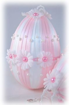 Pink and White Daisy Easter Egg Ornament Egg Crafts, Easter Crafts, Spring Crafts, Holiday Crafts, Diy Ostern, Easter Projects, Egg Art, Ribbon Crafts, Egg Decorating
