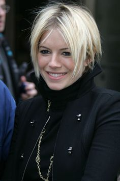 Ideas for haircut carre blond sienna miller Sienna Miller Pelo, Sienna Miller Short Hair, Pixie Cut Thin Hair, Short Hair Cuts, Short Hair Styles, Short Hair Back View, Short Dark Hair, Sassy Haircuts, Short Bob Hairstyles