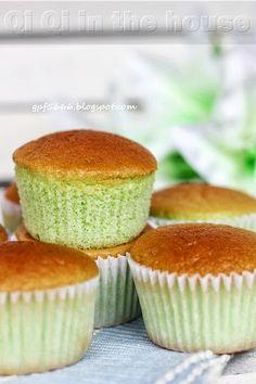 Pandan Sponge Cupcakes // 全蛋 2粒, 细糖 50g, 粟米油 25g, 香兰精华 20g, 低粉 50g