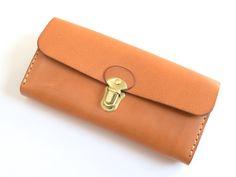 アコーディオンのようなジャバラマチが特徴の長財布。小銭入れを含むと計四部屋のマチ付き収納部。お札や小銭、カード、レシート類を分けて入れることが出来ます。沢山収納したい方にオススメの長財布です。