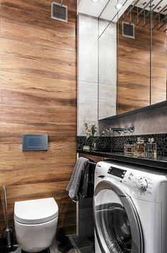 Mikroskopijna łazienka okazała się całkiem pojemna. Podgranitowym blatem zumywalką zmieściła się pralka ogłębokości 32&...
