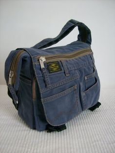 Hottest Images hand sewing jeans Concepts Hand sewing, from an old jeans. Diy Jeans, Sewing Jeans, Jean Diy, Denim Purse, Denim Ideas, Denim Crafts, Patchwork Jeans, Recycled Denim, Handmade Bags