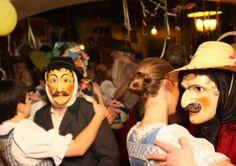 """""""Wann da Maschkera will, muass as Deandl mit eam tanzn"""": Auch beim Tanz im Wirtshaus geben die Maschkera ihre Identität nicht preis und schon manch eine Mittenwalderin hat mit ihrem eigenen Mann getanzt, ohne ihn zu erkennen. (Foto: Dirk Eckert)"""