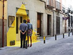 (fos) lights up the Lope de Vega Street in Madrid with their first ephemeral installation at the vegan restaurant Rayen.