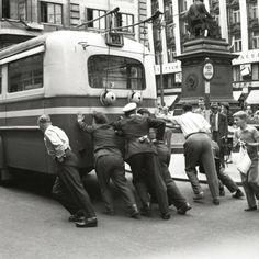 Nepojízdný trolejbus na Jungmannově náměstí, léta šedesátá. Autor Jovan Dezort