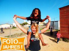 Foto des Jahres 2013! Ausruf in #Suedafrika: Lia mit einem der Kinder aus ihrem #Freiwilligenprojekt