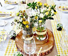 fleurs champêtres en bocaux en verre transparent et nappe assortie