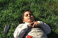 壊された5つのカメラ    パレスチナの民衆抵抗運動の地・ビリン村に住むイマード・ブルナートが、息子の成長と村人たちのイスラエル軍の政策に対する抵抗運動を記録したドキュメンタリー。2005年、パレスチナのヨルダン川西岸に位置するビリン村では、近くに建設されたユダヤ人入植地の安全保障の確保を名目にフェンス(分離壁)が設けられる。しかし、その目的はビリン村の土地を囲い込むためなのは明白だった。フェンスにより村が分断され、畑にも自由に行かれなくなってしまった村人たちは抵抗運動を始める。村に住むイマードは、同時期に誕生した四男の成長記録を撮ろうとカメラを回し始めるが、それは同時に抵抗運動を続ける村人たちの日常を記録する映像となる。デモを制圧しようとする軍の銃撃などでカメラが壊されるたび、新しいカメラを手に入れ、イマードは計5台のカメラで村の日常を撮り続ける。