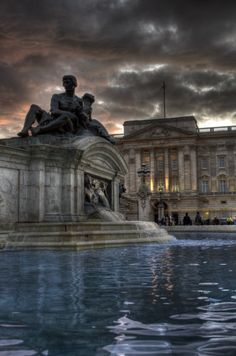 - Cloudy Buckingham Palace- whoever tells u they really still don't want to grow up and be that fairytale princess is a liar! Lol really know only one thing - I DO! Buckingham Palace London, Elizabeth Ii, Great Britain, Wonders Of The World, Places To Travel, Places To Visit, England Uk, London England, Beautiful Places