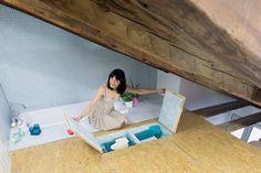 Didomestic / Elii. Con una semplice tirata o alzata, le botole nel pavimento e nel soffitto rivelano diversi apparecchi che aggiungono funzioni alla stanza, come un'amaca, ventilatori, mensole, un tavolo da pranzo sospeso con sedie, un'altalena e perfino uno specchio cosmetico incorporato.