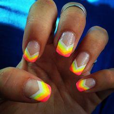 beach nails    lovemelikeimahotride:    its electrikkkk    my biffy has kewl nails