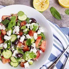 Portie traditionele Griekse salade met komkommer, tomaat en feta.