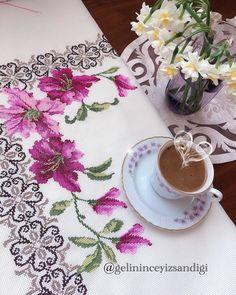 "Göçmen Gelini 👰🏼 no Instagram: ""Güneşli bir İzmir'den herkese kocaman sevgiler ☀️🌟🥰❤️ #etaminşablonları #etamin #etaminseccademodelleri #etaminhavlular #etaminseccade…"" Cross Stitch Designs, Cross Stitch Patterns, Hgtv, Cross Stitch Embroidery, Counted Cross Stitches, Tablecloths, Dots, Horsehair, Cross Stitch"
