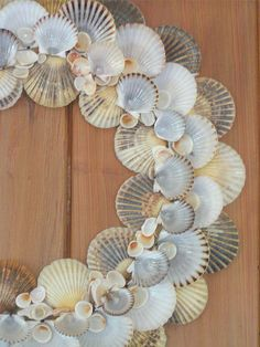 scallop shell wreath/ foam wreath, glue scallop shells in layers add white craft pearls Seashell Wreath, Seashell Art, Seashell Crafts, Beach Crafts, Seashell Jewelry, Arts And Crafts For Adults, Easy Arts And Crafts, Crafts To Make, Crafts For Kids