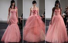 A estilista decidiu abrir mão do tradicional branco e apostou em uma coleção de vestidos em tons de rosa – mas o tomara que caia continua em...