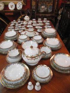 Jogo de Jantar em Porcelana com detalhes em ouro, contendo 181 peças.