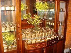 Casamento em tons de dourado -latas douradas com fita decorada em piás -porta-guardanapos em tecido de piás -havaianas em embalagens de organza e fita combinando com as lembranças