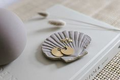 Affiliate Links | DIY Schmuckschalen in Muschelform | Dekoratives Schmuckschälchen in Muschelform mit Goldrand | DIY Ringschale DIY Muschelschale Jewelry Dish, Ceramic Jewelry, Shells, Stud Earrings, Ceramics, Accessories, Conch Shells, Occupational Therapist, Glass Bottles