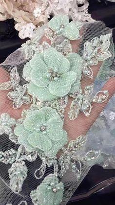 Luxe 3D perles tulle strass applique, il y a 3 couches de fleur perlée qui sont cousus sur le dos de tulle doux à la main cristal perles applique avec une fleur de camélia 3D Taille est d'environ 30 x 13 cm. mon lien de la boutique: http://www.etsy.com/shop/lacetime Merci pour le