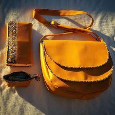 Je vous présente enfin mon dernier sac à main ... Le sac besace double rabat #musette de chez @patrons_sacotin il a rejoint le compagnon #complice de la même créatrice & un petit porte monnaie patron maison... Tout en simili cuir moutarde de chez @tissusprice et coton @bemercerine 😍😍😍 #couture #sewing #instasewing #instasew #fabric #homemade #faitmaison #madeinfrance #fabriqueenfrance #pivoineetpaprika #sacs #sacamain #sacweekend #sacdesport #sacdevoyage #sacdematernite #sacados #besace #entr