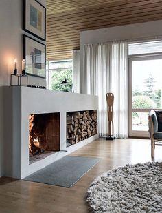 Idea camino aperto minimal, semplice ed elegante realizzato in muratura con grande spazio per l'archiviazione della legna