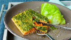 Salmon with pesto and cabbage. 3 Ingredient Dinners, Pesto, Wedding Crashers, Wedding Cake Toppers, Diy Food, 3 Ingredients, Avocado Toast, Guacamole, Main Dishes