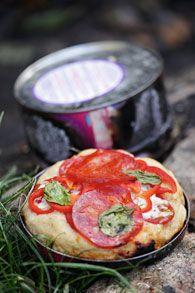 Pizza bagt i kagedåse på bål
