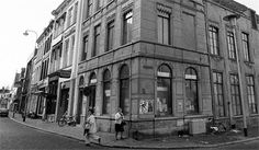 Deze foto is gemaakt op 10 november 1971. Op de foto zien we voormalig Hotel Prins Cardinaal op de hoek van de Reigerstraat en het Kasteelplein. Momenteel is Anno '85 Antiek en Noviteiten in het pand gevestigd.