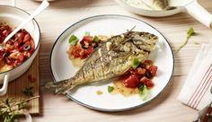 Die leckere Dorade kannst du super mit einem würzigen Tomaten-Ragout mit knackigen Oliven, Basilikum und Knoblauch kombinieren.