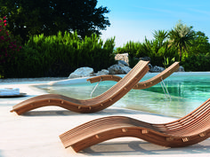 #designporn #outdoorlifestyle #homedesign #designdream #funinthesun #sunbathing #Swing #loungechair by #Unopiu  Swing is a stack-able rocking sun lounger made of thermo-curved teak slats with visible stainless steel fixings. The wavy frame allows a controlled swinging