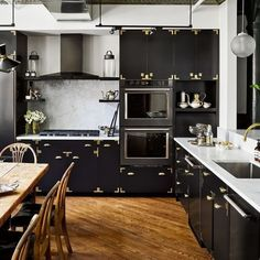 Black, gold & bold. {Home of and #interiordesign by @kenfulk, 📷 by @thefacinator via @archdigest} #kitcheninspiration