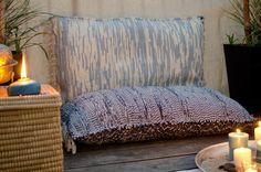 DIY upcycling Bodenkissen aus alten Teppichen für den mediterranen Strand look auf dem Balkon