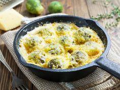 Rosenkohl muss nicht immer trocken auf dem Teller herumkullern. Machen Sie doch mal einen Auflauf daraus! Mit Kartoffeln, Thymian und Bergkäse zaubern Sie ein saftiges und würziges Gratin.