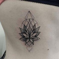 Tatouage côte lotus dotwork géométrie