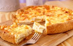 Savoury Pear Tart on a Bed of Lightly Dressed Baby Arugula. Cheesecake Pie, Cheesecake Recipes, Quiches, Pear Tart, French Cheese, Cheese Pies, Pear Recipes, Greek Dishes, Tasty
