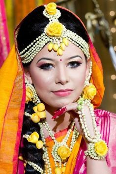 Add a refreshing touch to your mehendi-haldi ceremony with these trending floral jewelry and accessory ideas for the bride-to-be. Dainty Jewelry, Men's Jewelry, Bridal Jewelry, Jewelry Design, Jewelry Ideas, Jewelery, Bulgari Jewelry, Jewelry Holder, Luxury Jewelry