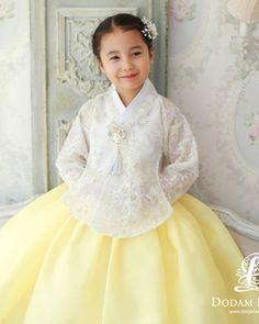 Korean Traditional, Traditional Fashion, Traditional Dresses, Korean Wedding Photography, Korea Dress, Nice Dresses, Flower Girl Dresses, Korean Hanbok, Dress Attire