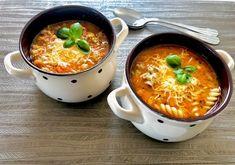Zupa bolońska Bardzo sycąca i rozgrzewająca zupa. Jest szybka w przygotowaniu i przepyszna w smaku. Polecam!  Składniki: 0,5 kg wieprzowego mięsa mielonego 1 cebula 2 ząbki czosnku 1 marchew 500 ml przecieru pomidorowego 1 litr wody lub bulionu przyprawy: sól, pieprz, papryka słodka oraz ostra, bazylia, majeranek olej do smażenia 1 łyżka mąki 100ml … Brownies, Aga, Cheeseburger Chowder, Food And Drink, Pizza, Cooking Recipes, Dinner, Ethnic Recipes, Blog