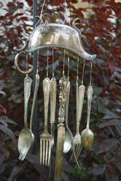 DO try this at home! I traced this photo to ETSY/jenifer: gravy boat wind chime- but I can DO this! Carillons Diy, Silverware Art, Recycled Silverware, Deco Nature, Diy Wind Chimes, Trash To Treasure, Garden Crafts, Mobiles, Yard Art