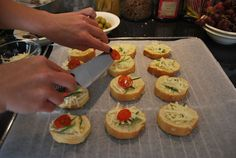 BRØD: Tapas bør som regel serveres med en brødrett. Disse hvitløksbrødene blir ekstra gode med litt krydderurter, revet ost og en liten tomatskive på. (Foto: CHARLOTTE REBTUN ANDRESEN)