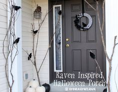 Are you looking for some inspirations to set the mood for those trick-or-treaters this Halloween? Well, I have got you covered with these simple and unique DIY Outdoor Halloween Decorations. Halloween Veranda, Fröhliches Halloween, Halloween School Treats, Holidays Halloween, Outdoor Halloween, Origami Halloween, Halloween Clothes, Halloween Season, Halloween Costumes