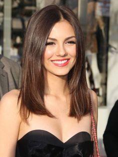 Удлиненный прямой боб подходит женщинам с худой шеей и тонкими чертами лица
