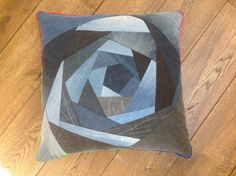 Dekbed-opberg-kussen, gemaakt van gerecyclede jeans. #GoodsToRemember Old Jeans, Deco, Sewing Projects, Recycling, Cushions, Throw Pillows, How To Make, Second Life, Scrappy Quilts
