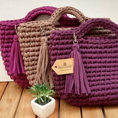 Cores,cores ❤️❤️ Para outras cores e encomendas, por favor mande um direct que te passo todas as informações. *encomendas e informações por direct Diy Tote Bag, Tote Bags Handmade, Crochet Handbags, Crochet Purses, Crochet Designs, Crochet Patterns, Mochila Crochet, Crochet Backpack, Crochet Market Bag