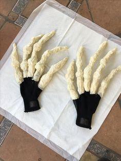 Demogorgon Gloves / Hands work in progress. Stranger Things Halloween Costume, Boy Halloween Costumes, Halloween Town, Halloween Cosplay, Happy Halloween, Halloween Maze, Pumpkin Stencil, Pumpkin Carving, Demogorgon Costume